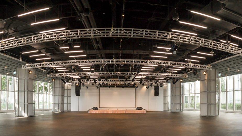 挑高空間規劃,展現大器簡約的當代設計風格,能配合各式展演內容量身運用。
